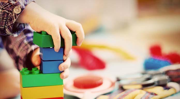 Figurki zwierząt jako klocki i zabawa dla dzieci.