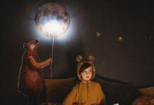 lampa w pokoju chłopca